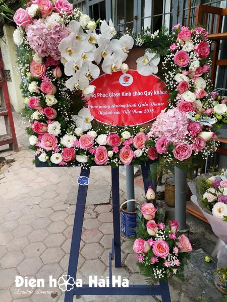 Kệ hoa chúc mừng mới lạ tại Hà Nội
