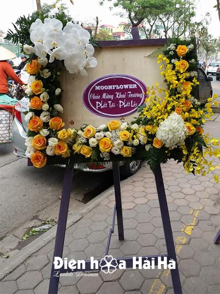 Kệ hoa chúc mừng độc đáo mầu vàng tại Hà Nội