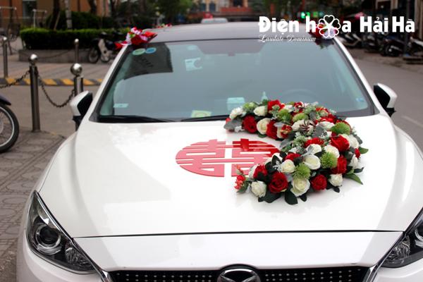 Bộ hoa lụa gắn xe cô dâu hoa hồng đỏ kèm chữ cao cấp
