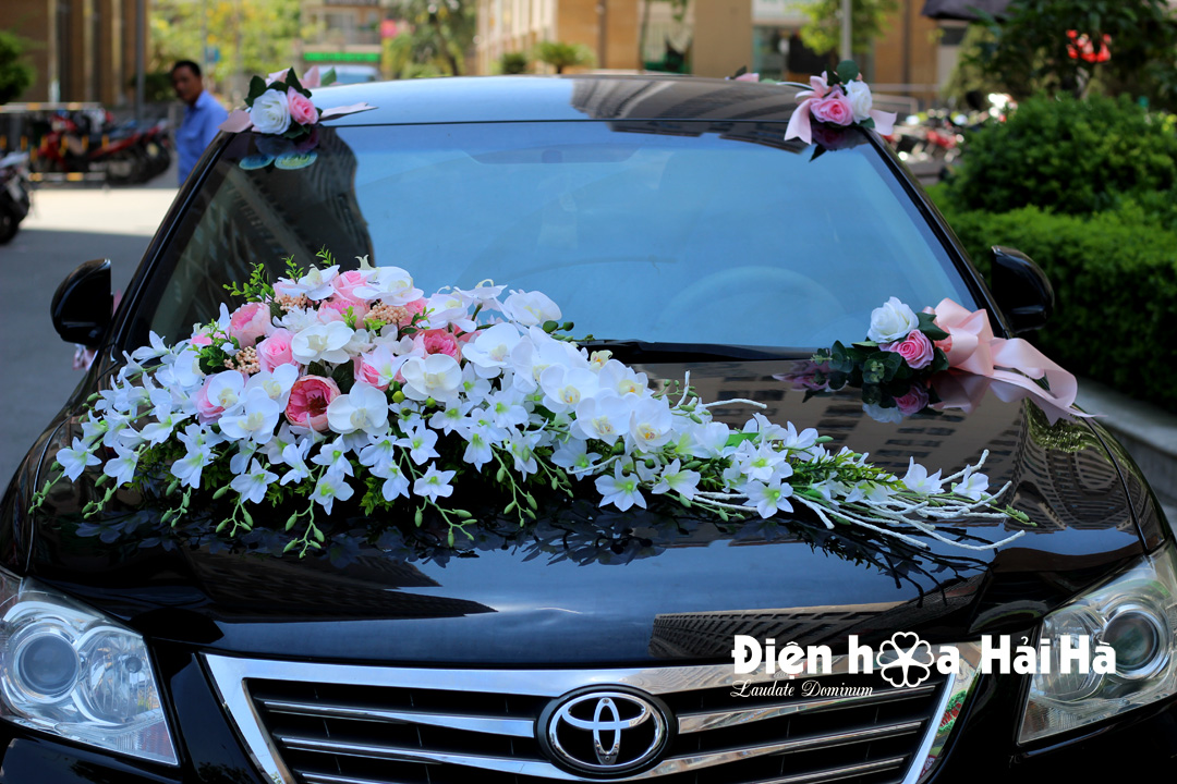 Hoa giả trang trí xe cô dâu màu trắng hồng