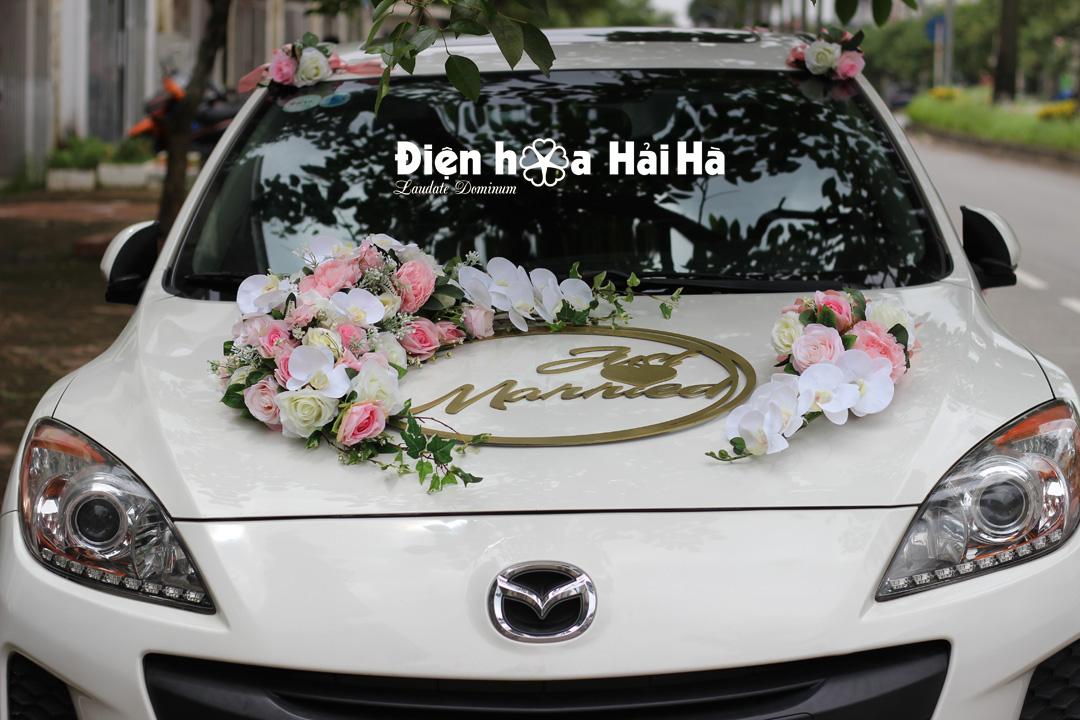 Bộ hoa lục gắn trên xe cưới kèm chữ Just Married