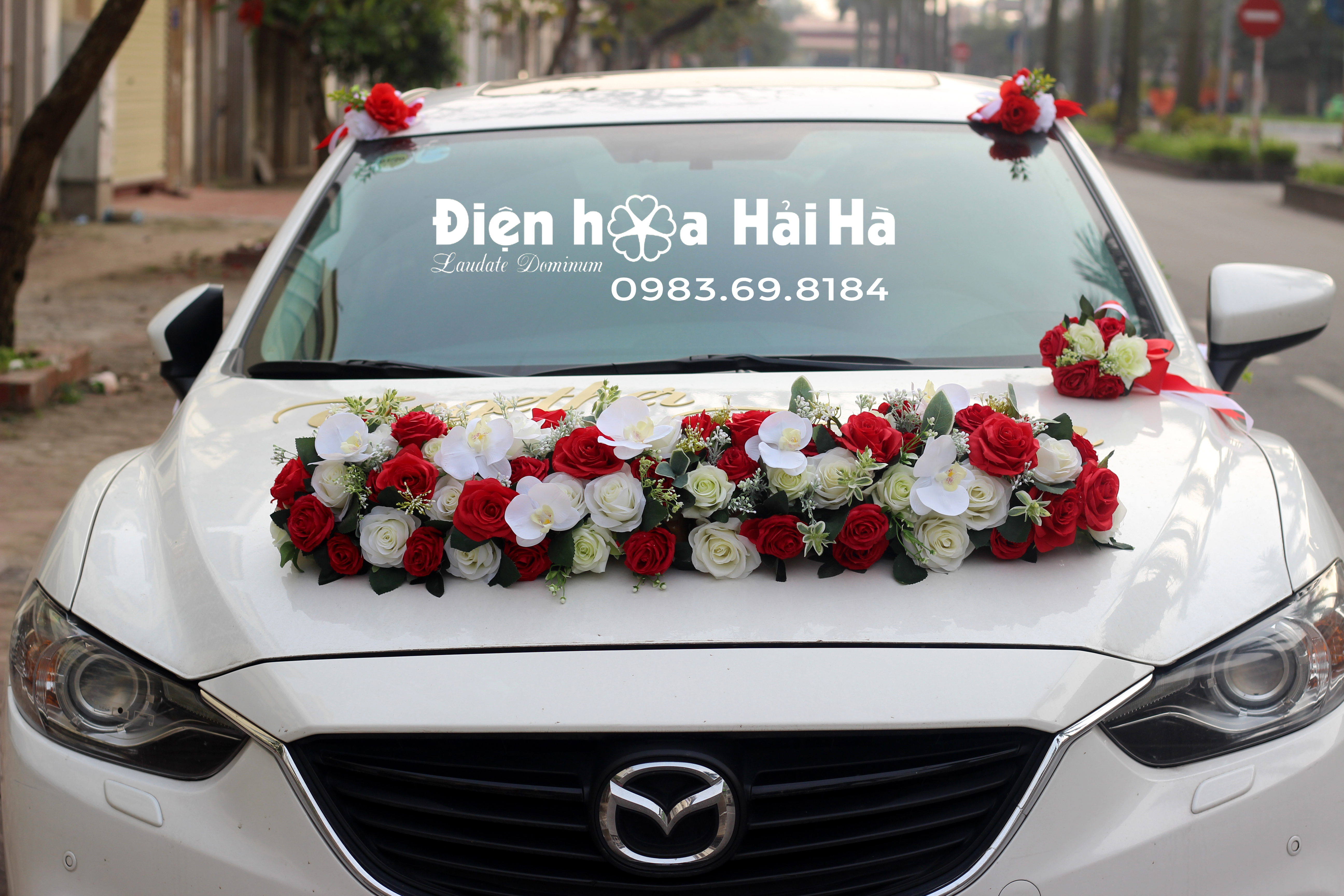 Hoa giả kết xe hoa hồng đỏ hồng trắng