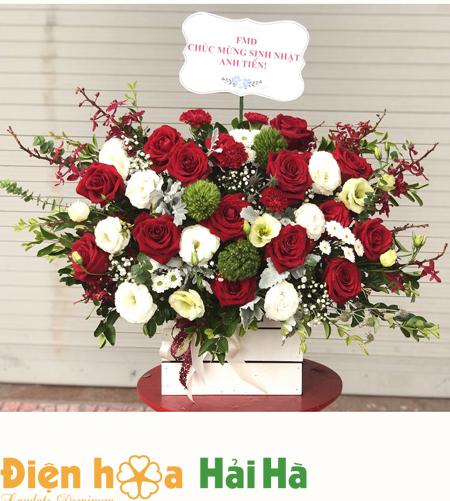 Giỏ hoa ngày 20/10 – hoa hồng và hoa cát tường trắng