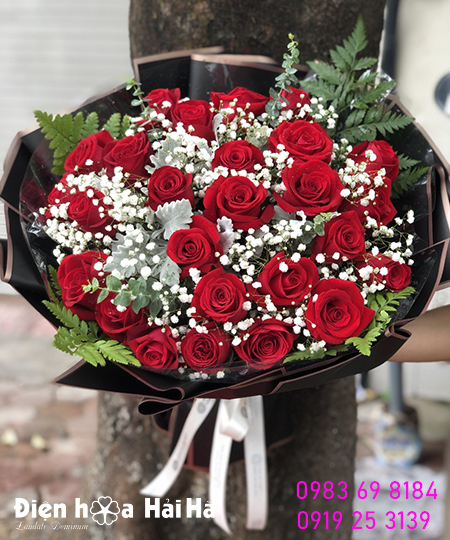"""27 bông hồng: """"Anh yêu em. Người vợ thương yêu của Anh""""."""