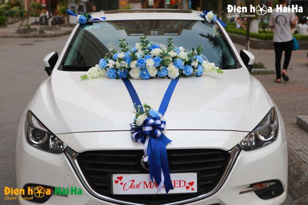 Hoa giả kết xe cưới bằng lụa xanh dương