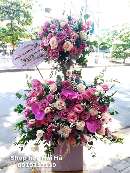 Giỏ hoa tặng ngày 20 tháng 10 hoa hồng sen hồ điệp tím