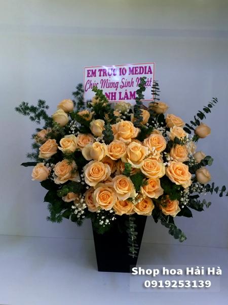 Giỏ hoa tặng ngày 20/10 hoa hồng kem vàng