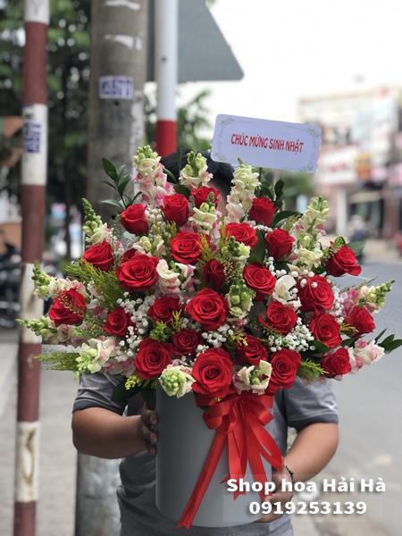 Giỏ hoa tặng ngày 20 tháng 10 hoa hồng đỏ hoa phi yến