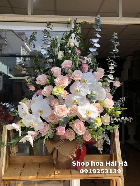 Giỏ hoa tặng ngày 20/10 hoa hồng phấn hồ điệp