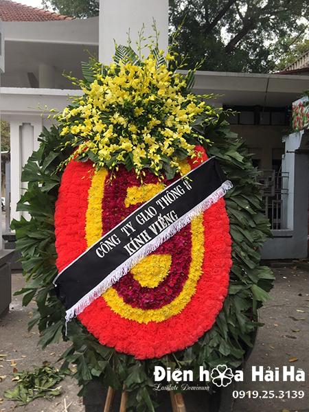 Vòng hoa truyền thống sang trọng tại nhà tang lễ
