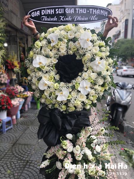 Đặt vòng hoa tang lễ tại Hà Nội hoa hồng trắng hồ điệp