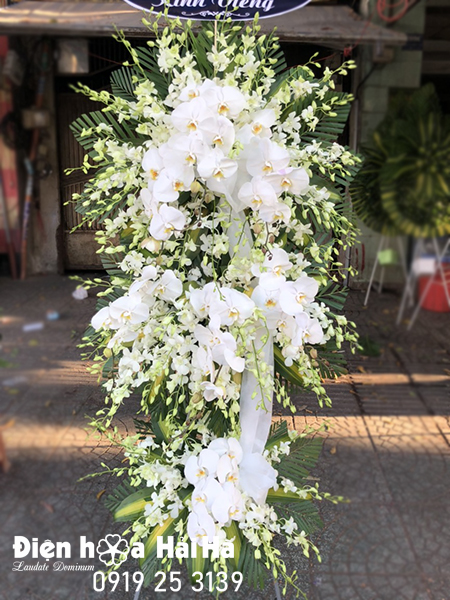 Lẵng hoa chia buồn lan trắng hồ điệp tại Hà Nội