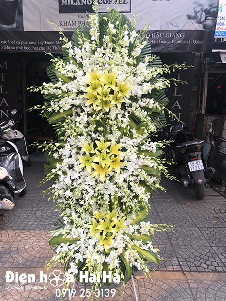 Lẵng hoa đám tang lan trắng ly vàng sang trọng 3 tầng