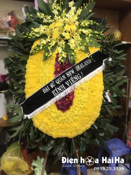 Mua vòng hoa đám tang màu vàng truyền thống ở Hà Nội