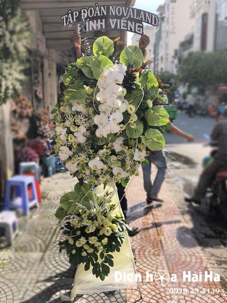 Vòng hoa đám tang màu xanh trắng