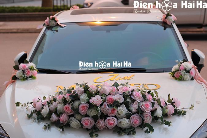 Bộ hoa trang trí xe cưới bằng hoa lụa hiện đại kèm chữ Just Married 2021
