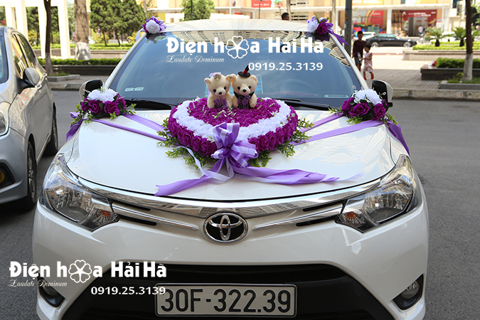 Hoa giả gắn xe cưới đi cao tốc