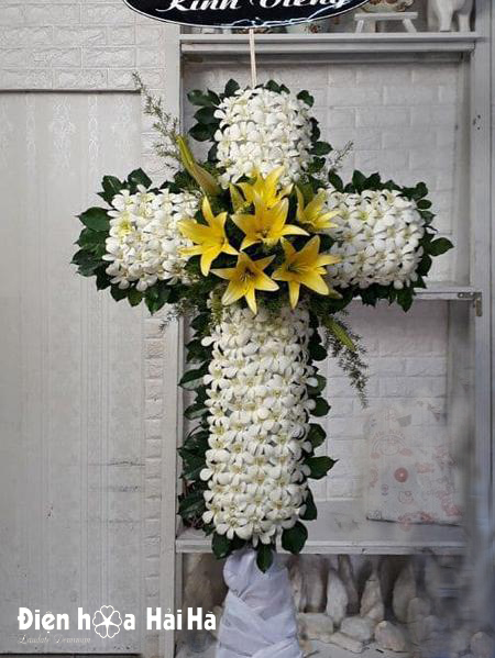 Vòng hoa thập giá hoa lan trắng ly vàng