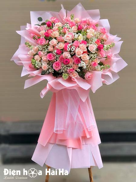 Kệ hoa chúc mừng ngày lễ hồng phấn lộng lẫy