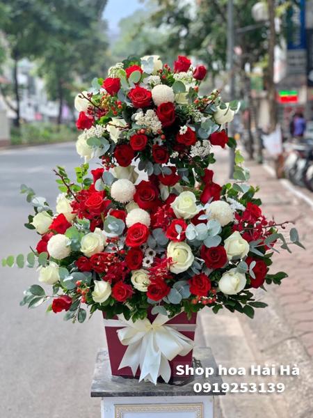 Giỏ hoa sinh nhật hồng đỏ trắng – Tài Lộc